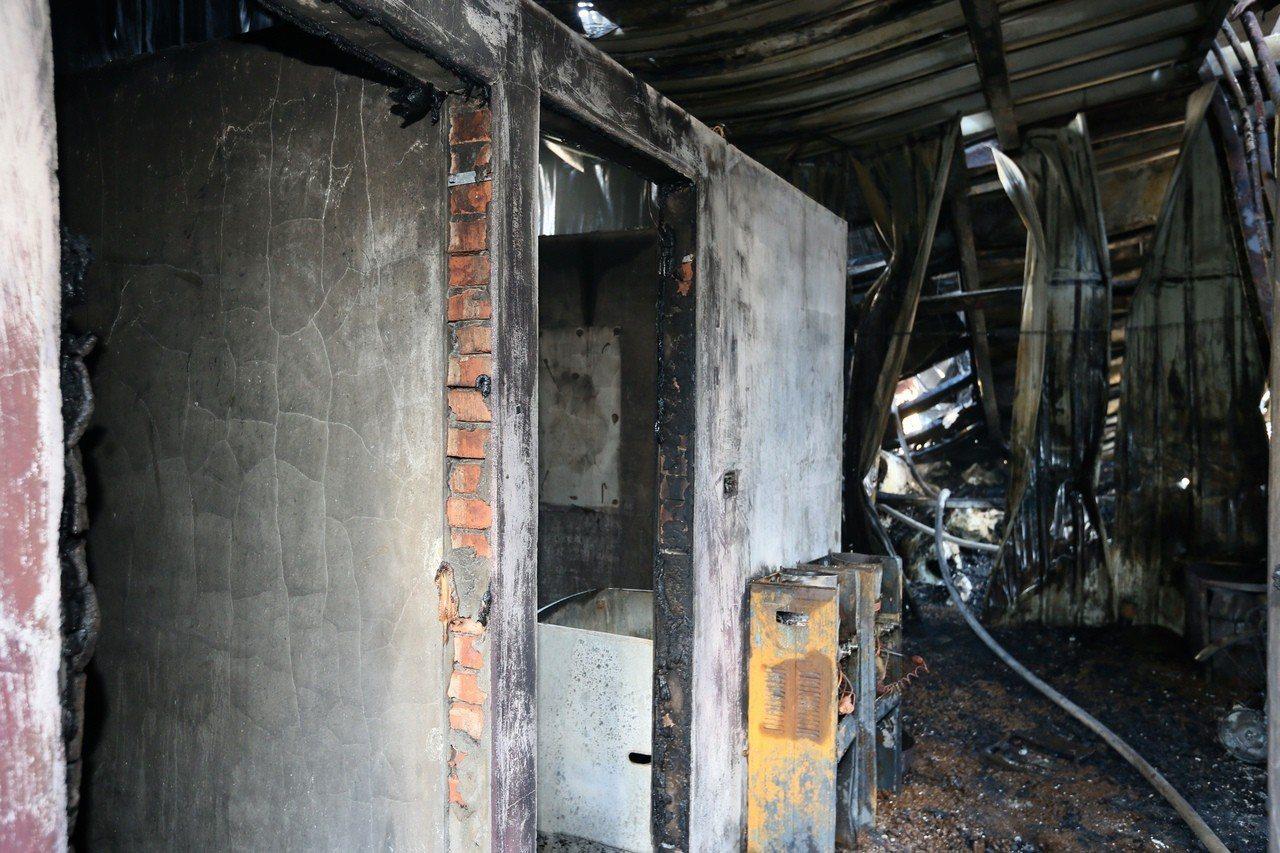 桃園市蘆竹汽車隔熱防爆膜工廠凌晨發生大火,造成6死5傷,室內鐵皮屋已被燒到變形。...
