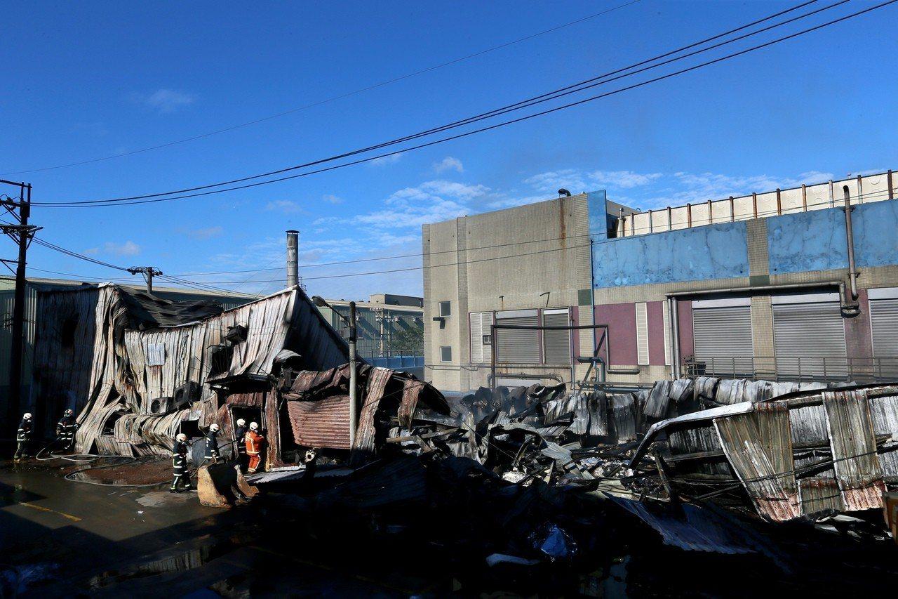 桃園市蘆竹汽車隔熱防爆膜工廠凌晨發生大火,二樓宿舍坍塌成一樓。 記者陳柏亨╱攝影