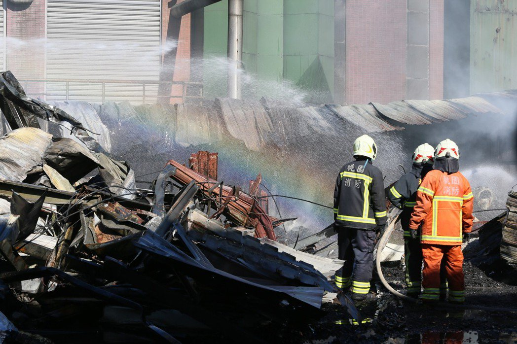桃園市蘆竹汽車隔熱防爆膜工廠凌晨發生大火,消防隊搶救。 記者陳柏亨╱攝影