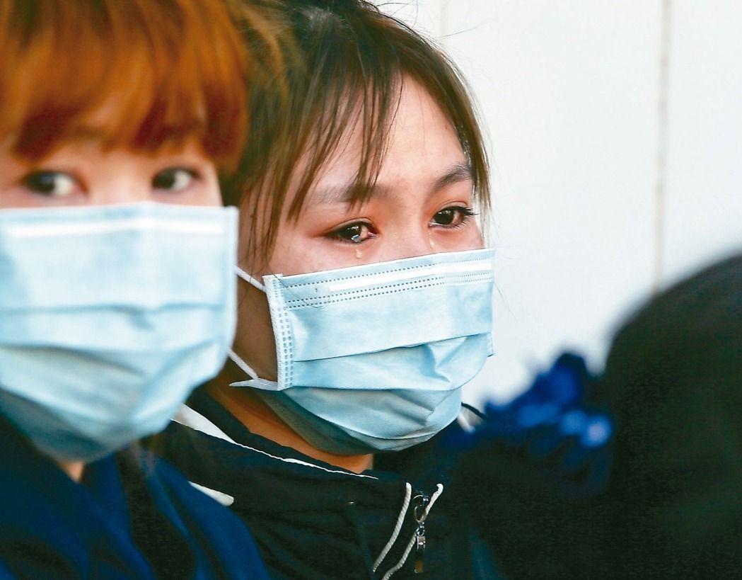 桃園蘆竹工廠大火,一名罹難者的親友(右)淚流滿面、焦急等候。 記者陳柏亨/攝影