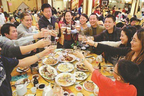 年終應酬聚餐常常容易造成腸胃不適。 圖/ingimage