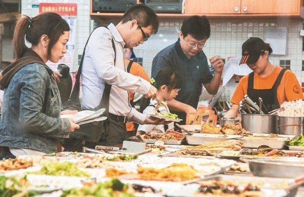 防疫措施建議:分餐吃飯,不共食、不共用餐具。 圖/ingimage