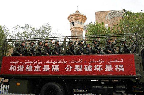 人權觀察組織指控,中國政府利用「免費健檢」的旗號蒐集新疆民眾的DNA資料,以做為...
