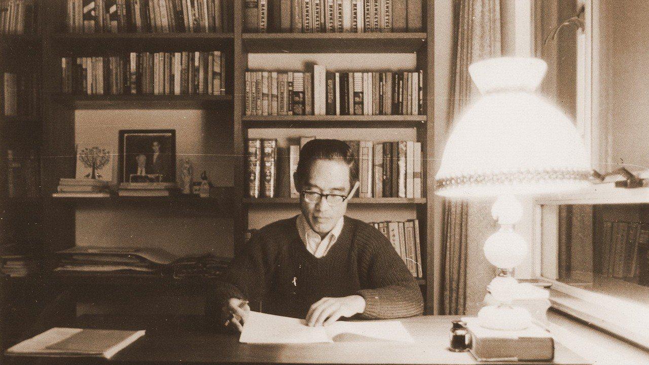 圖為余光中在香港中文大學任教時期,埋首於案前的讀書身影。圖/中山大學提供