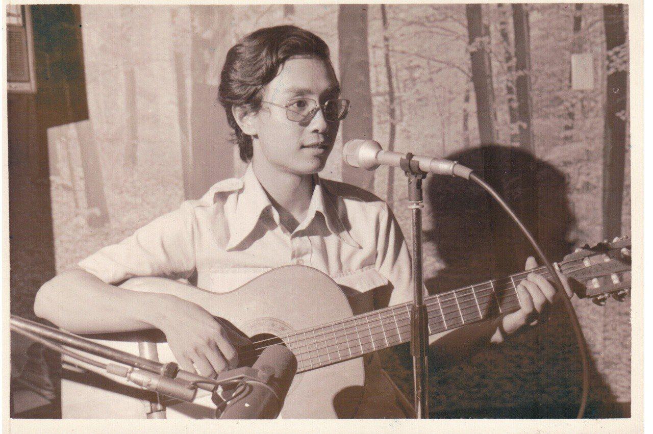 1975年,台大研究生楊弦把余光中的詩譜成曲,開啟了創作風潮。圖╱楊弦提供