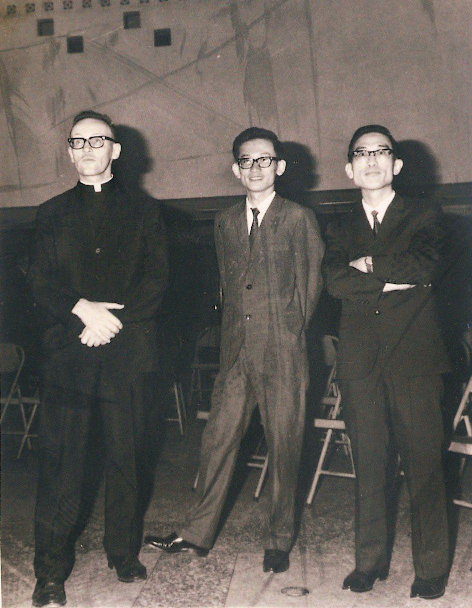 1960年代創辦人張志宏神父(左)與小說家王文興(中)、詩人余光中(右)。