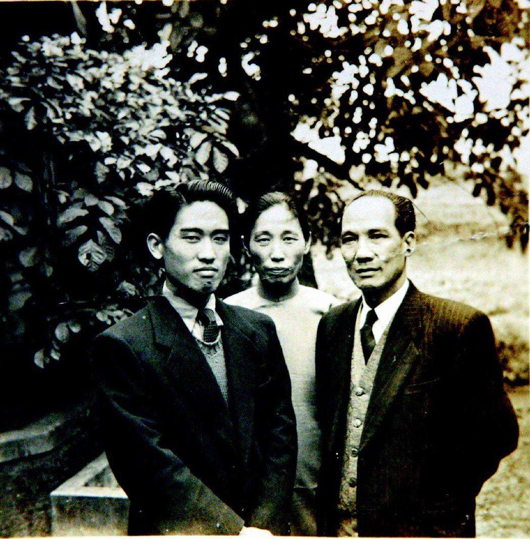 圖為余光中與雙親攝於上海身影。報系檔案照