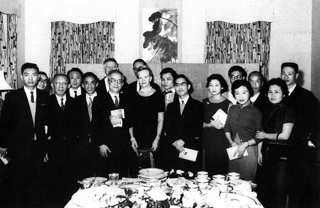 1960年十二月,美駐華大使莊萊德舉行酒會慶祝《中國新詩集》英譯本出版,與入選詩...