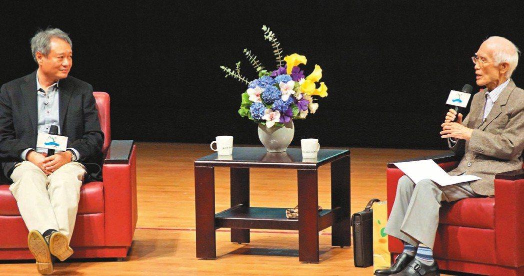 圖為人文講座邀請國際級導演李安與余光中進行「我與電影」對談,現場吸引將近一千五百...