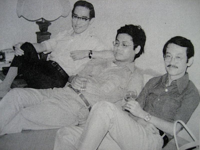 1972年余光中(左起)、楊牧、王文興在林海音來台後的第二個客廳(純文學出版社樓...