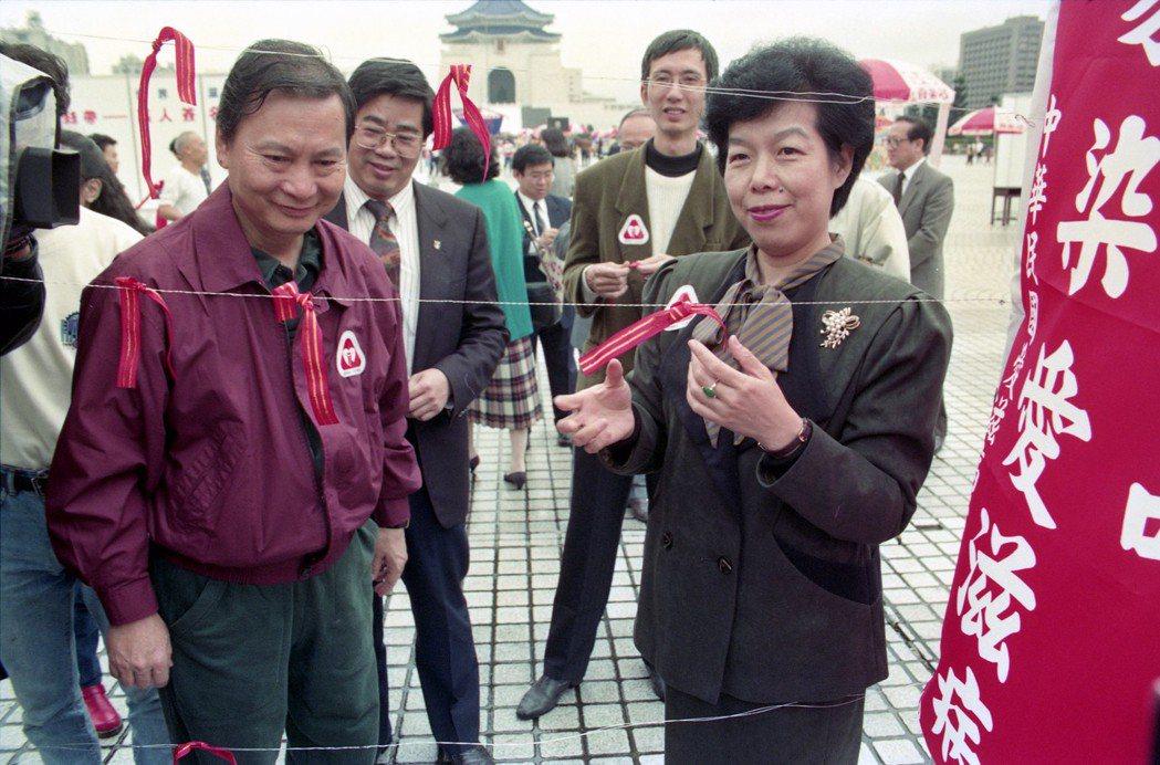 1991年,時任衛生署署長張博雅曾說:「愛滋感染者有如自作孽,將會是失去尊嚴,活得痛苦,死得難堪又難看」。2003年,時任中華民國副總統呂秀蓮也曾發表愛滋天譴說。 圖/聯合報系資料照