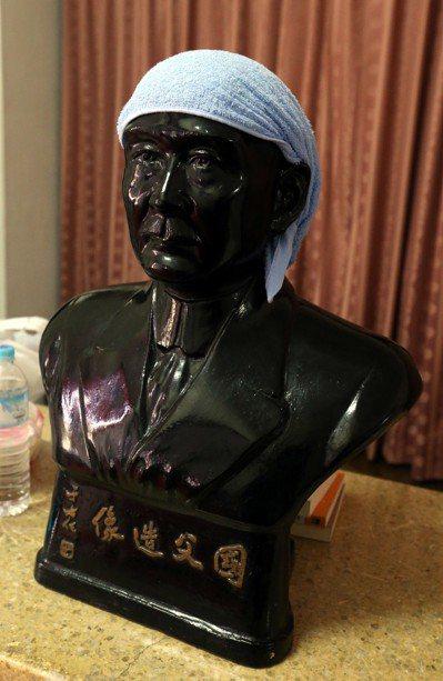 2014年太陽花學運,反服貿學生占領立法院第22天,議場二樓國父銅像被綁上毛巾。...