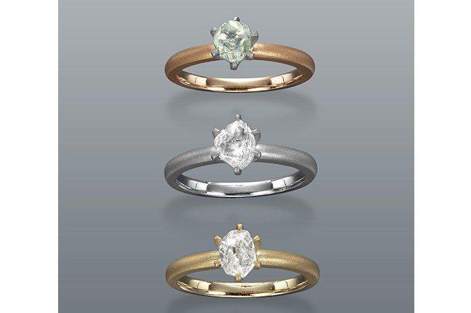 將未切磨的鑽石鑲嵌成戒指,既特殊又典雅。