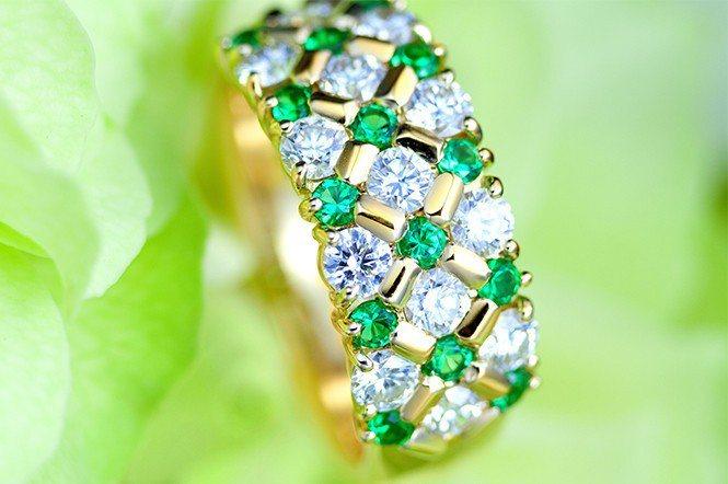 祖母綠與鑽石的排戒,充分考慮到大小、形狀、顏色之調和,一見即知非比尋常。