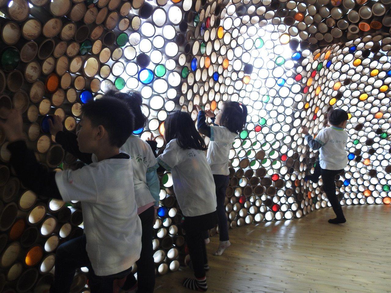 毛蟲隧道以孟宗竹管嵌以各色透明片,經光線投射呈現繽粉色彩,以童玩展現國內竹木工藝...
