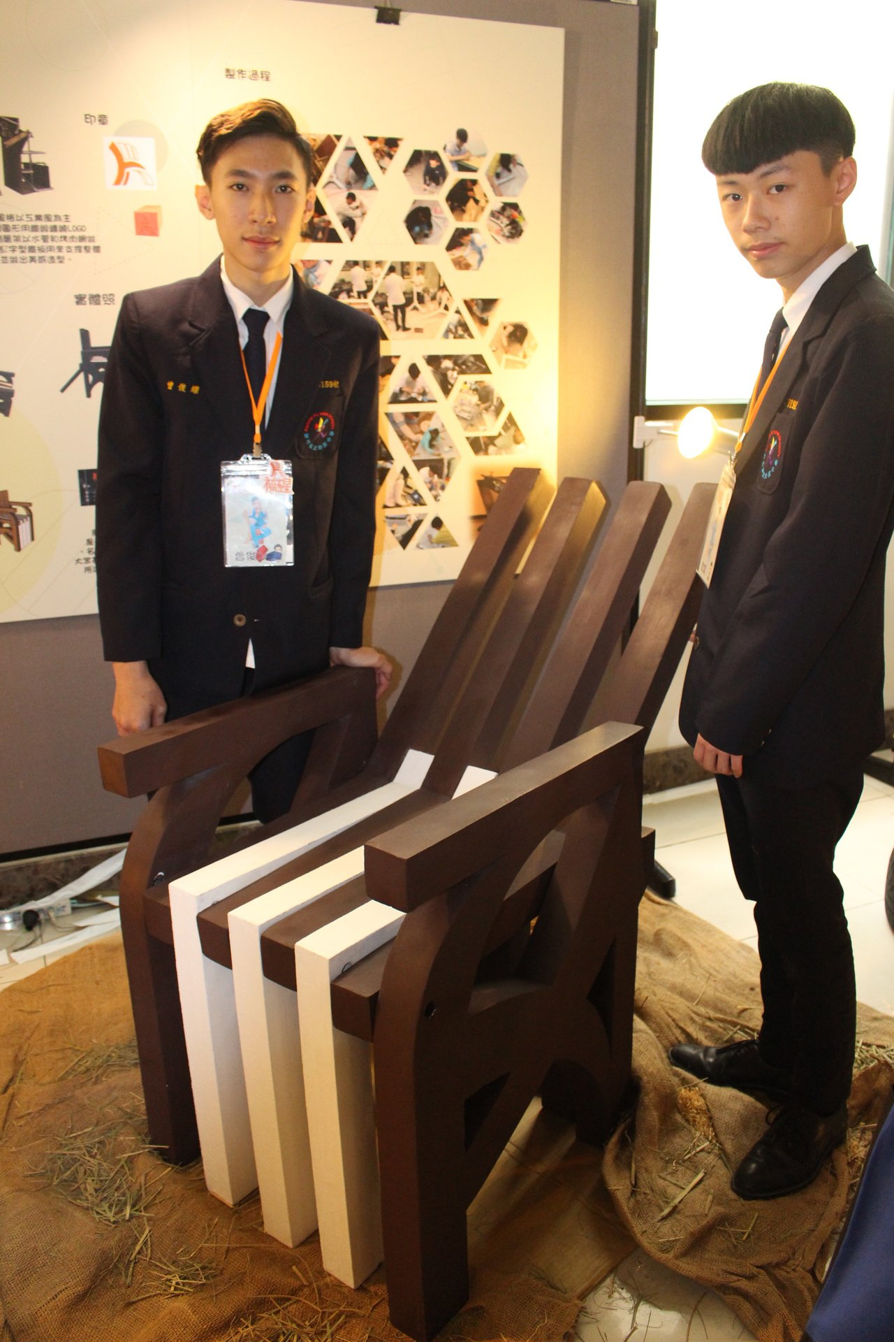 學生以瓦愣紙製作活動式椅子,正常情況作為有靠背的椅子,休息時,只要將靠背地方下壓...