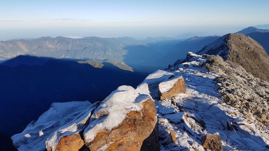 今天清晨玉山短暫飄雪,降雪0.5公分。中央氣象局提供