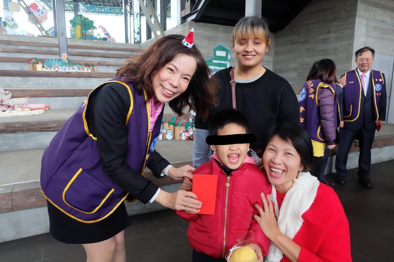 同濟會北一區菁英會會長吳美惠(左)致贈紅包,給快滿5歲的北成國小特殊生「小羽」。...