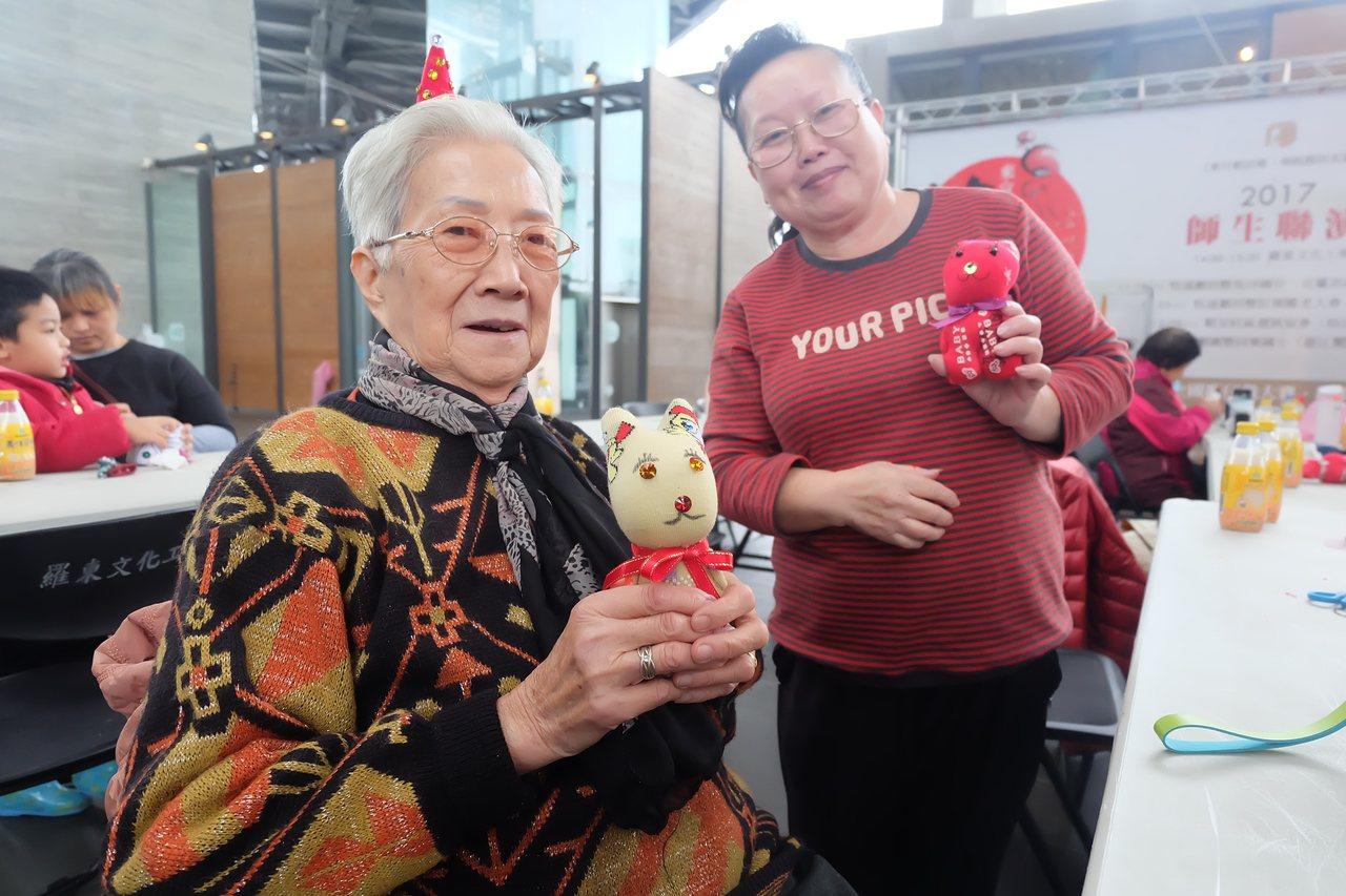 86歲的陳林含少阿嬤(左)也來縫製布娃給特殊孩子。記者張芮瑜/攝影