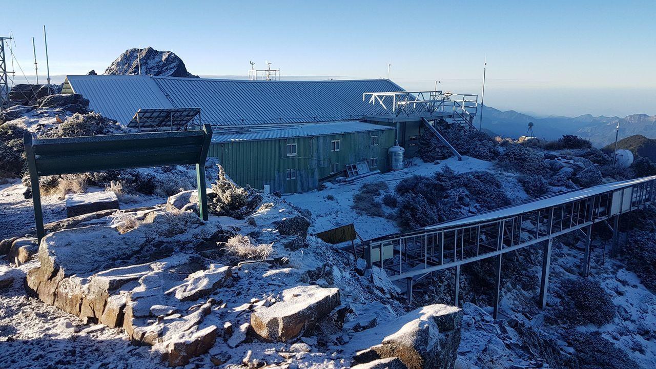玉山今天清晨飄雪,積雪0.5公分,北峰山頂覆著白雪。圖/中央氣象局提供