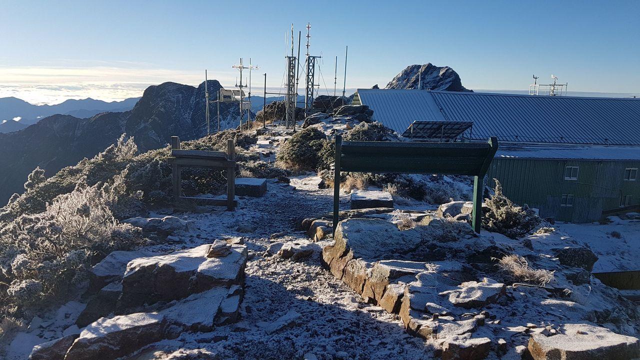 玉山今天清晨飄雪,先前的積雪也開始溶化,上山的路況很不好。圖/中央氣象局提供