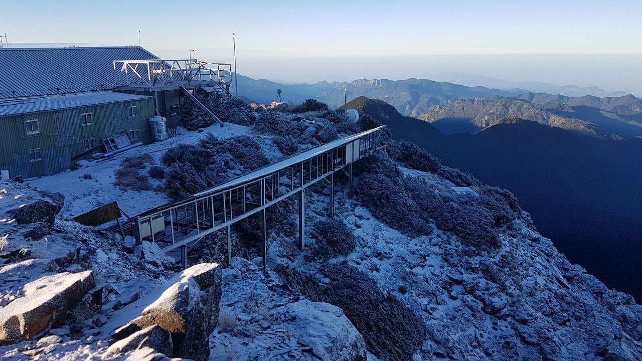 玉山今天清晨約在0度左右,山上再度飄雪。圖/中央氣象局提供