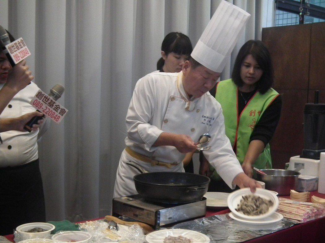有「亞洲廚皇」美稱的知名大主廚郭主義(古錐師),今天受邀來到台東做公益,他特別秀...