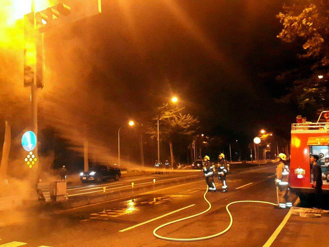 高雄市世運大道路牌今天凌晨起火,消防隊正滅火。記者林保光/翻攝