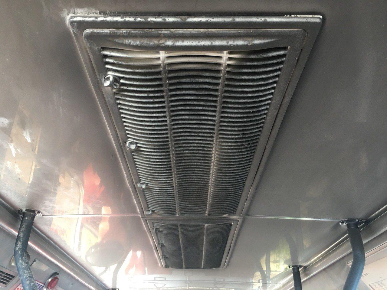 北市公車「綠1」路線往市府方向的一輛台北客運公車,今早6點多行經信義區象山隧道北...