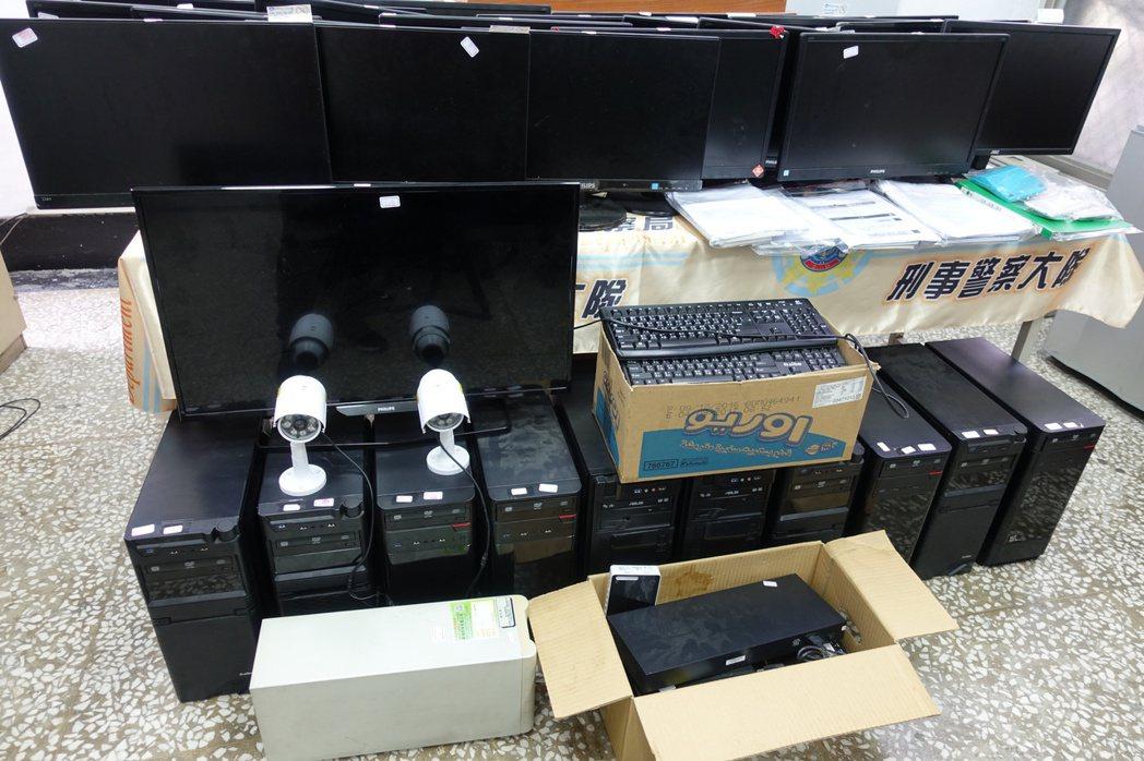 警方破獲賭博網站機房,現場查扣電腦主機、螢幕等證物。記者劉星君/攝影