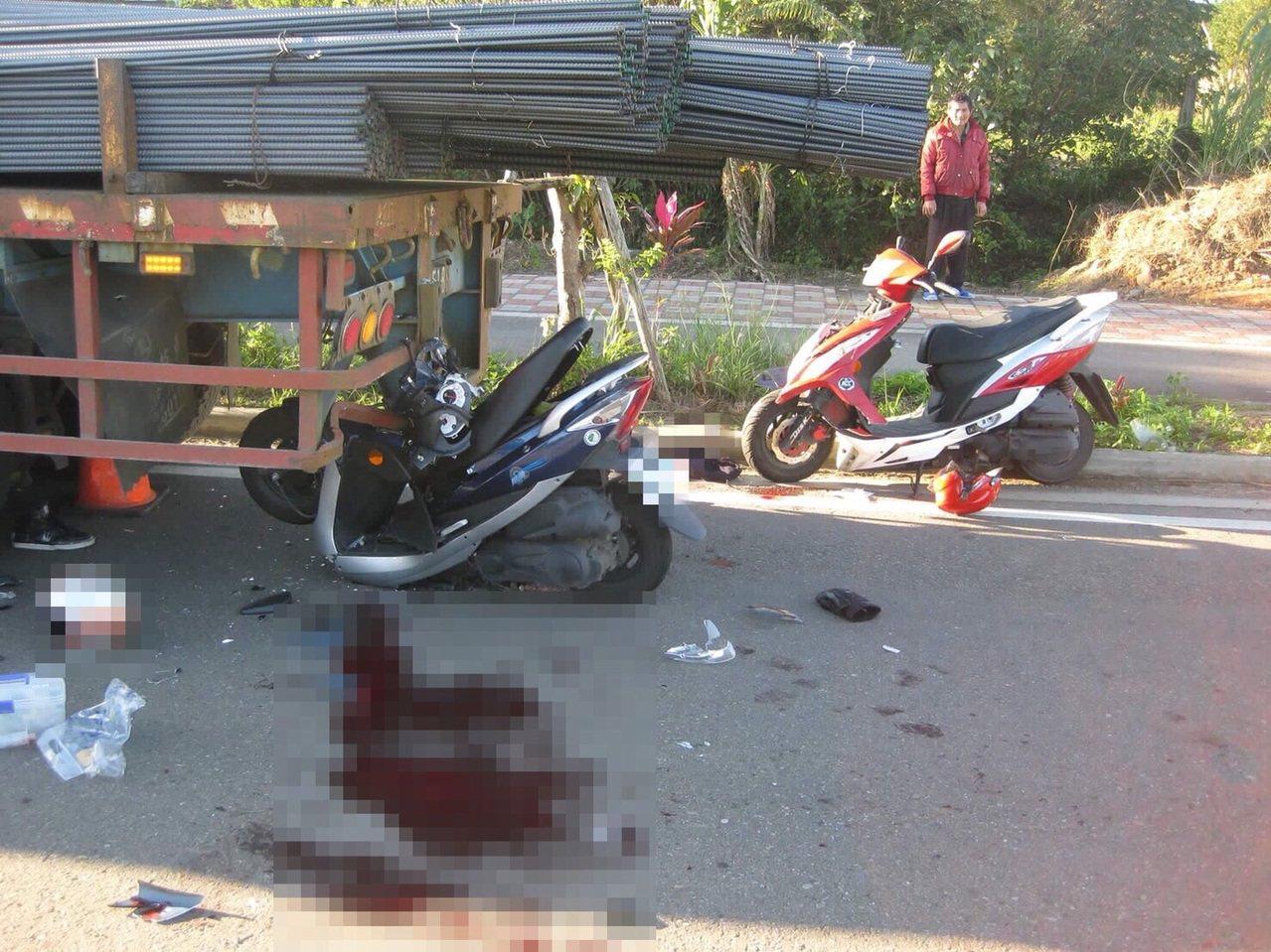 機車騎士疑因日照眩光撞上停放路邊的大貨車,造成一死一傷。記者陳妍霖/翻攝