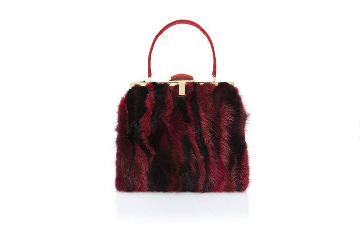 夏姿耶誕節皮草黑紅相間包款,售價65,800 元。圖/夏姿提供