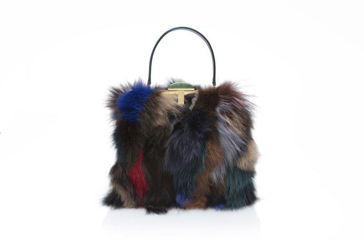 夏姿耶誕節皮草彩色包款,售價65,800 元。圖/夏姿提供