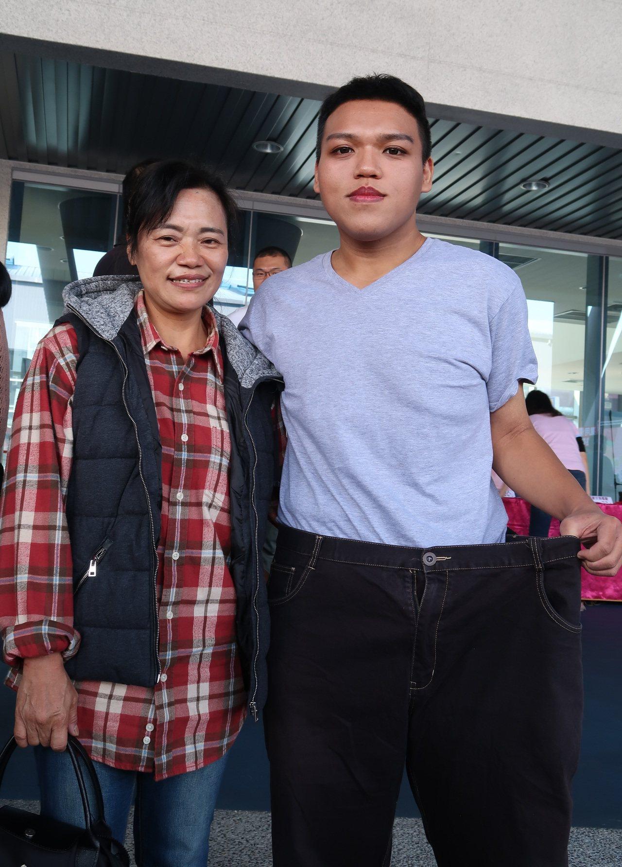 陳子威(右)和媽媽周鳳珠(左)一起減重,兩人都恢復輕盈體態。記者翁禎霞/攝影
