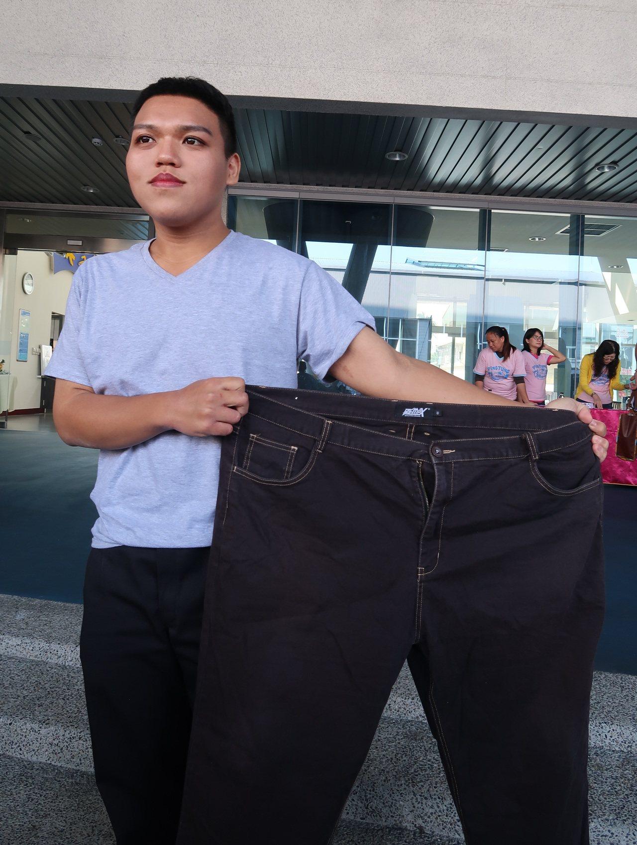 陳子威成功減重61公斤,和以前的褲子相比,足足小了一大圈。記者翁禎霞/攝影