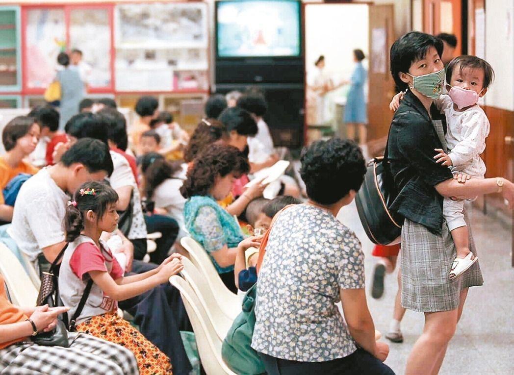 衛福部疾管署昨日針對腸病毒D68型召開專家會議,擬新增腸病毒停課標準。圖...