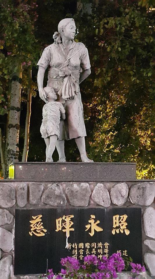 新竹國際同濟會捐贈的名家慈母雕像原置放於綠園道民生路段,設有基座。照片/市府提供