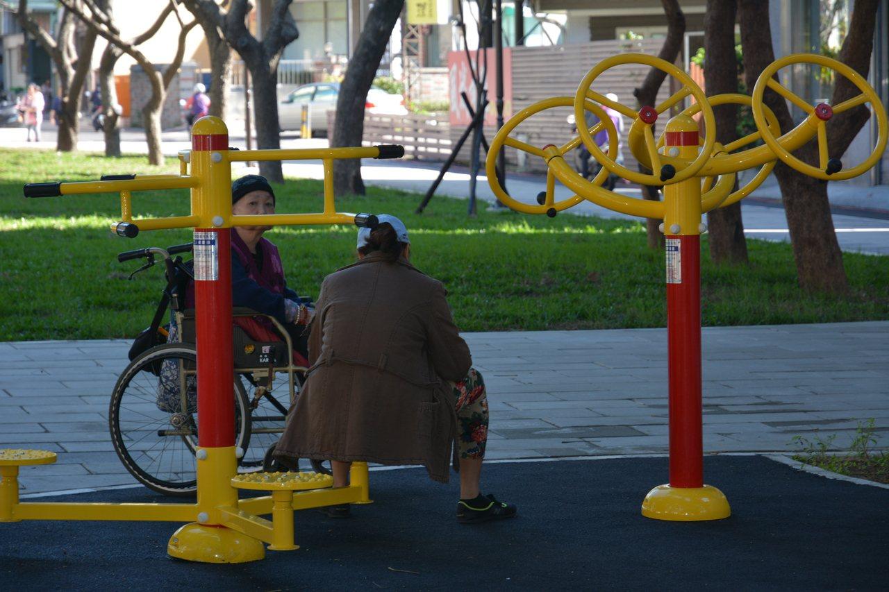 新竹綠園道三期整修完工啟用,缺少休閒椅子,民眾坐在運動設施上。 記者林家琛/攝影