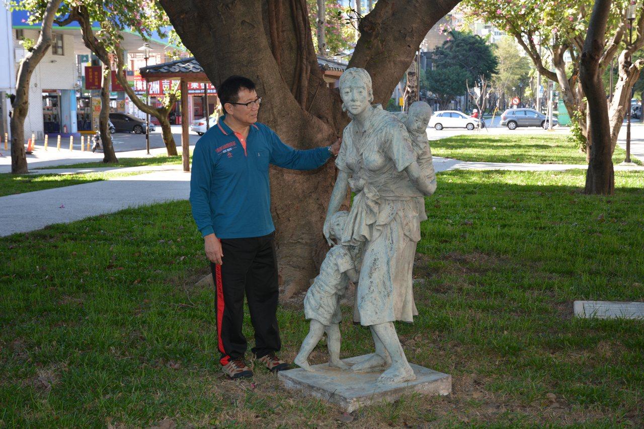 新竹國際同濟會捐贈的名家慈母雕像,被轉到草地安置,被公狗尿尿,燈光昏暗時會嚇到人...