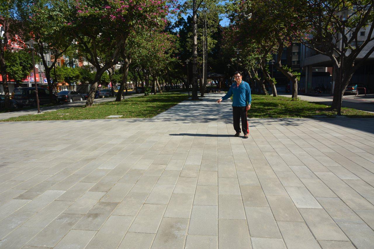新竹市議員吳青山指新竹綠園道被整修成水泥公園,草地剩不到一半。記者林家琛/攝影