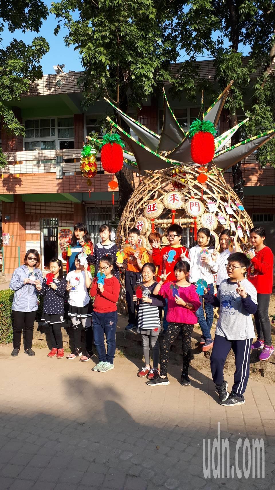 今年在台南市竹會理事長張永旺老師指導下,在校園中利用竹材搭建一座鳳梨造型的竹編涼...