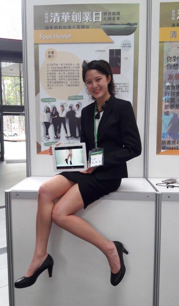 年初邱怡澍參與清華創業日,推出「伸縮高跟鞋」獲奬。圖/清大提供