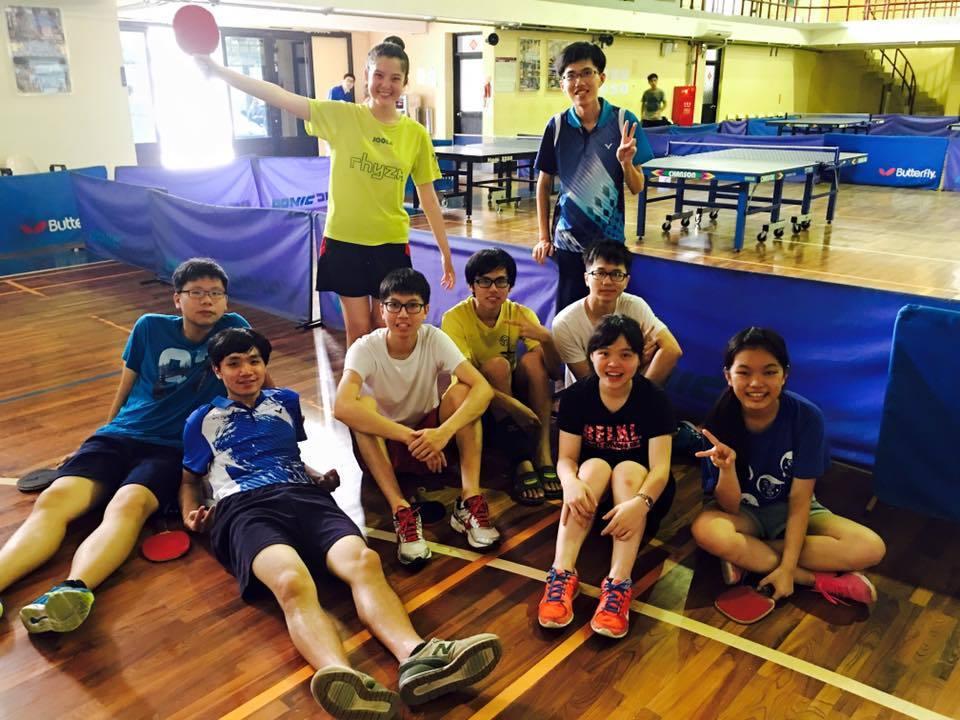 邱怡澍(後排左)為清華大學桌球校隊選手。圖/翻攝邱怡澍臉書