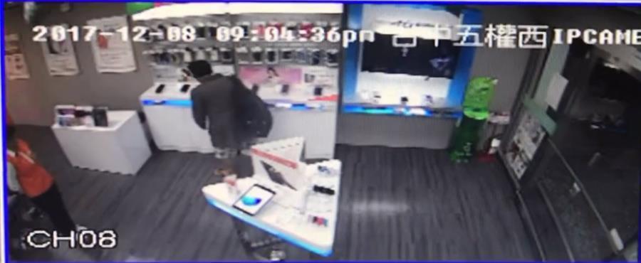 台中市黃姓男子涉嫌在南屯區的手機行,以剪刀剪斷防盜線的方式,偷走2支新款手機。記...