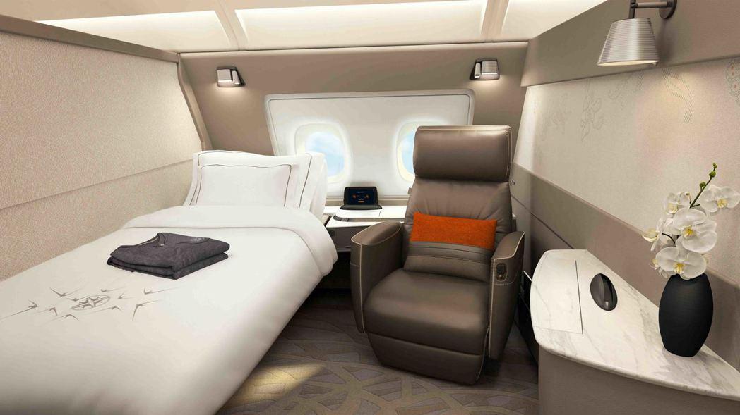 配備全新客艙產品的首架新航A380抵達新加坡,套房式的客艙僅六個座位,可以躺平。...