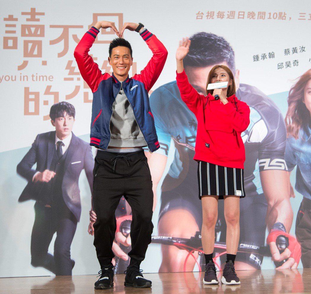 鍾承翰(左)和豆花妹現場玩遊戲。圖/三立提供