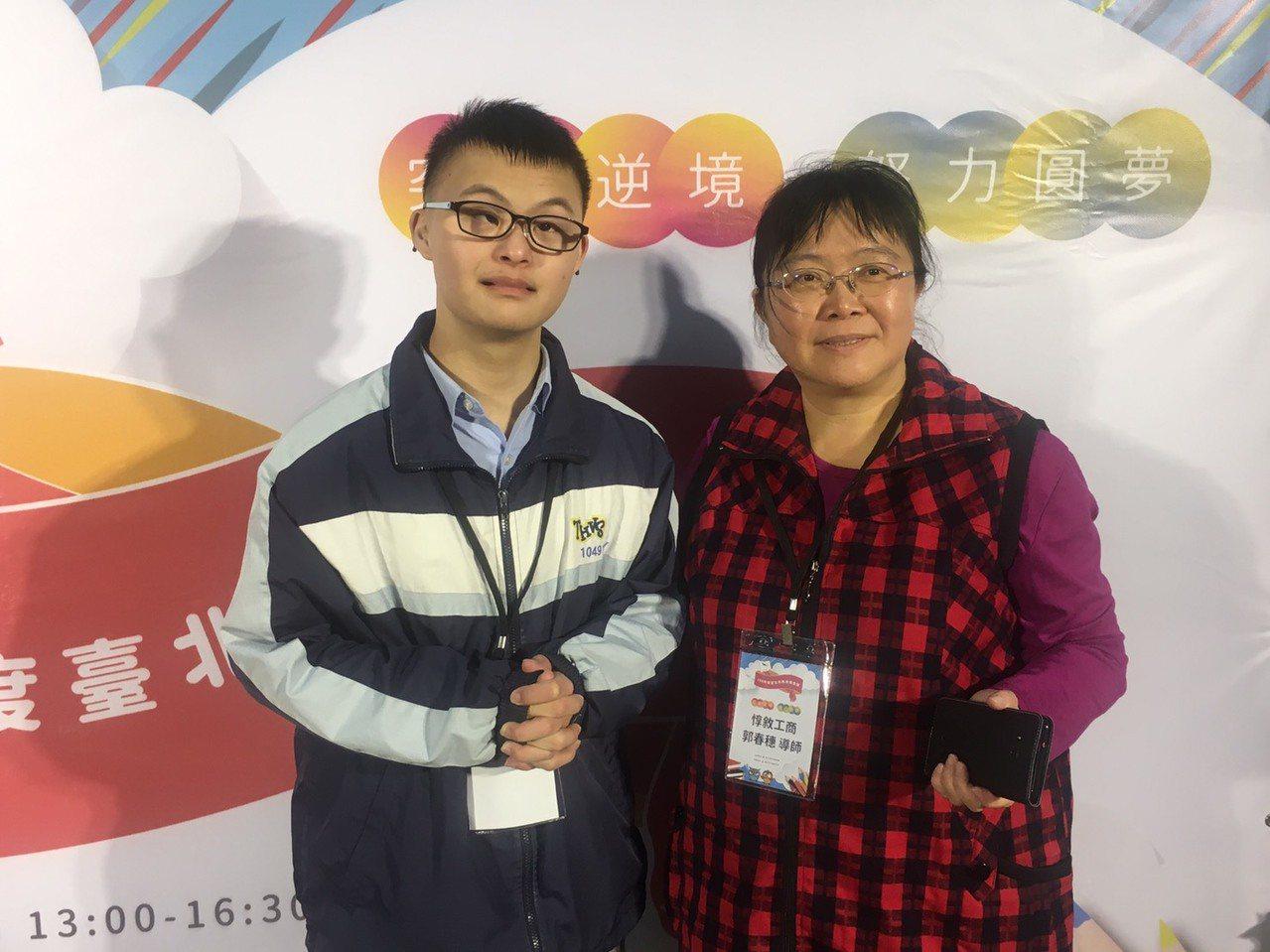 惇敘工商學生謝煒崴(左)罹患唐氏症,從小因肌肉張力低及肌耐力不足,到3、4歲才學...