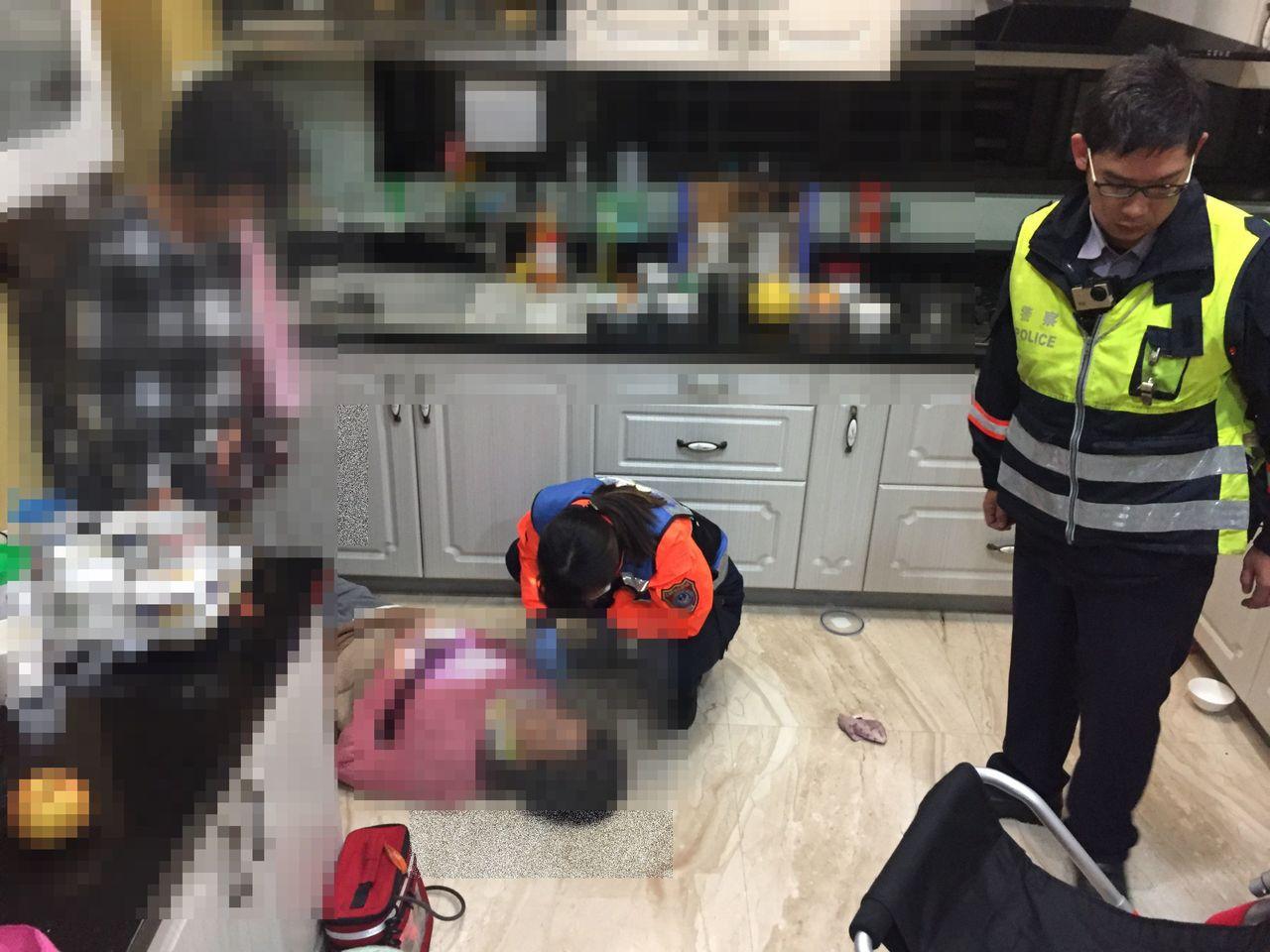 警消進入屋內,發現婦人倒地動彈不得,趕緊送醫。圖/記者周宗禎翻攝