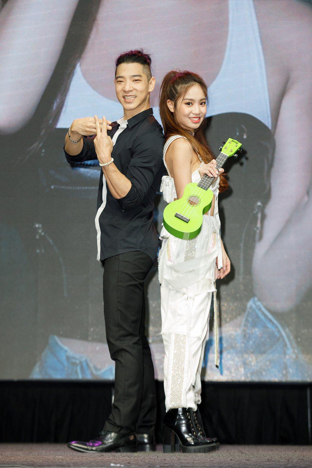 陳芳語等了4年舉辦發片記者會,王大文(左)送上烏克麗麗。圖/Sharp Musi...