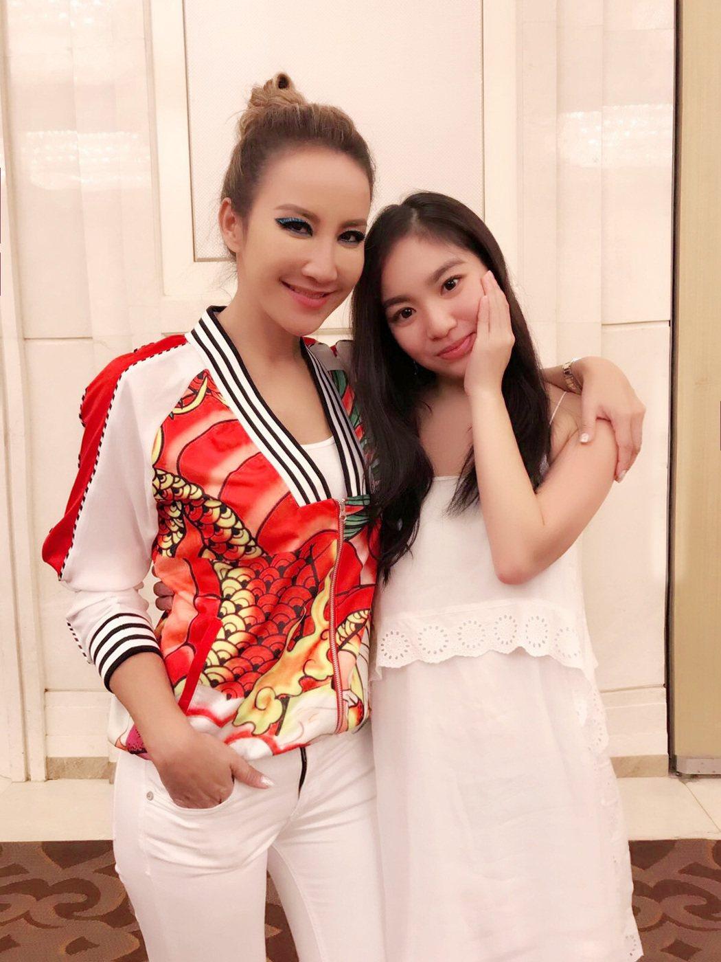 陳芳語(右)跟偶像李玟合照。圖/Sharp Music提供